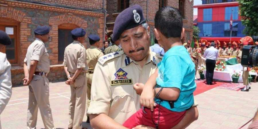Srinagar SSP carries son of colleague martyred in Anantnag, breaks down at wreath-laying ceremony